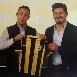 Fenerbahçe Spor Okullari Club-Präsident Ali Koç, mit dem Inhaber der Fenerbahçe offizielle Fußballschule® und UEFA B-Lizenz Trainer, Ersin Baydemir.